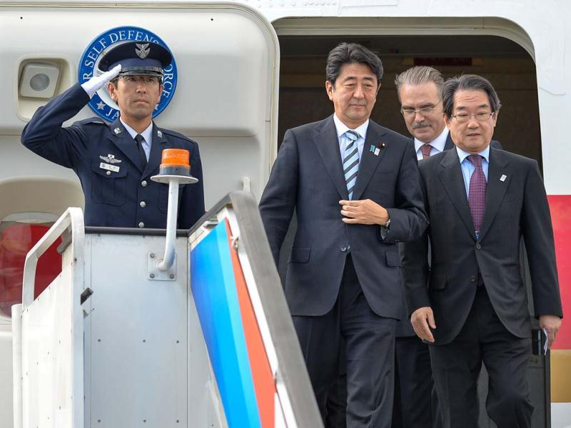 Japan's Prime Minister Shinzo Abe (2nd L) arrives at Saint Petersburg's airport ahead of the G20 Summit. (AFP Photo)