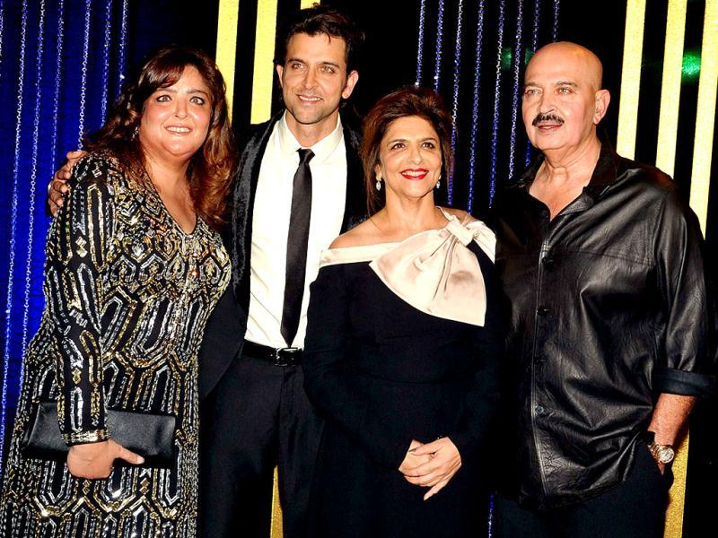 Filmmaker Rakesh Roshan with wife Pinky Roshan (2nd R) with their children Hrithik Roshan (2nd L) and Sunaina (L) at his 64th birthday celebrations in Mumbai on September 6, 2013. (AFP Photo)
