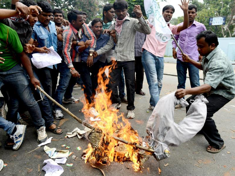Pro-Telangana Osmania University students burn an effigy of Andhra Pradesh chief minister Kiran Kumar Reddy in Hyderabad. (AFP Photo)