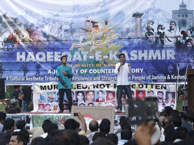 Artistes perform at the Haqeeqat-e-Kashmir, a parallel event against Zubin Mehta's concert organised by civil society groups in Srinagar. (Waseem Andrabi/ Hindustan Times)