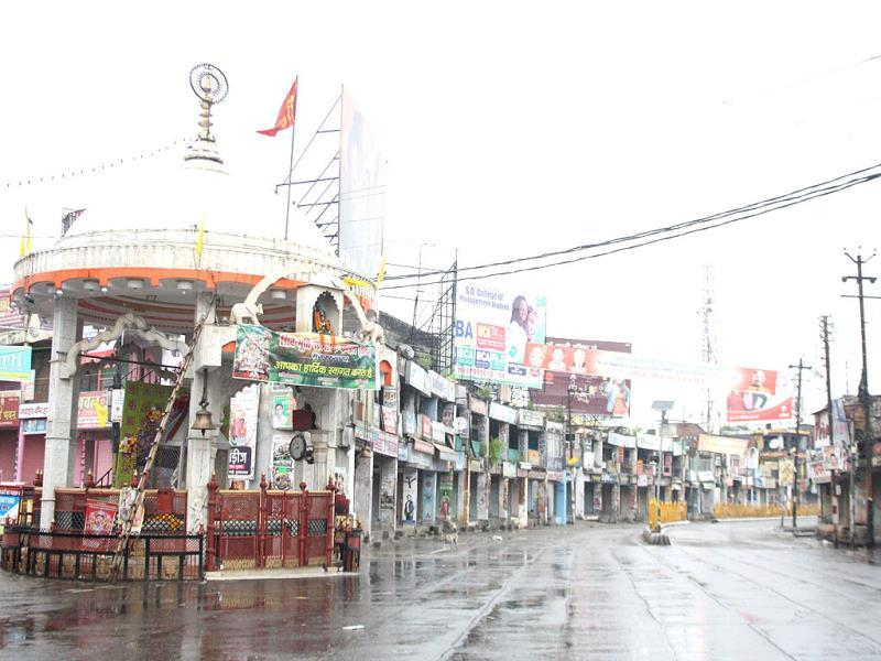Shiv Chowk, the market in the heart of Muzaffarnagar, left empty due to the curfew. (HT Photo)