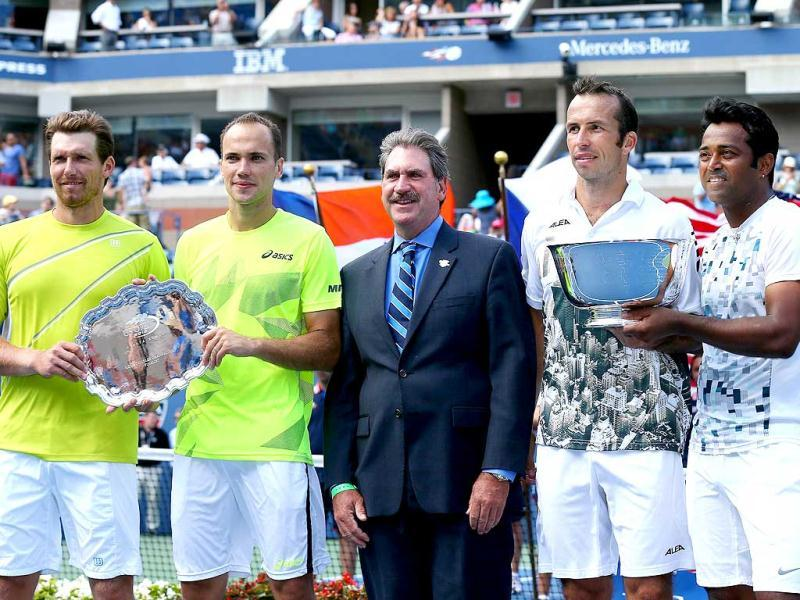 Leander Paes (R) and Radek Stepanek (2nd R) of the Czech Republic pose with their trophy next to Alexander Peya (L) of Austria, Bruno Soares (2nd L) of Brazil and First Vice President of the United States Tennis Association David Haggerty (C). (AFP Photo)