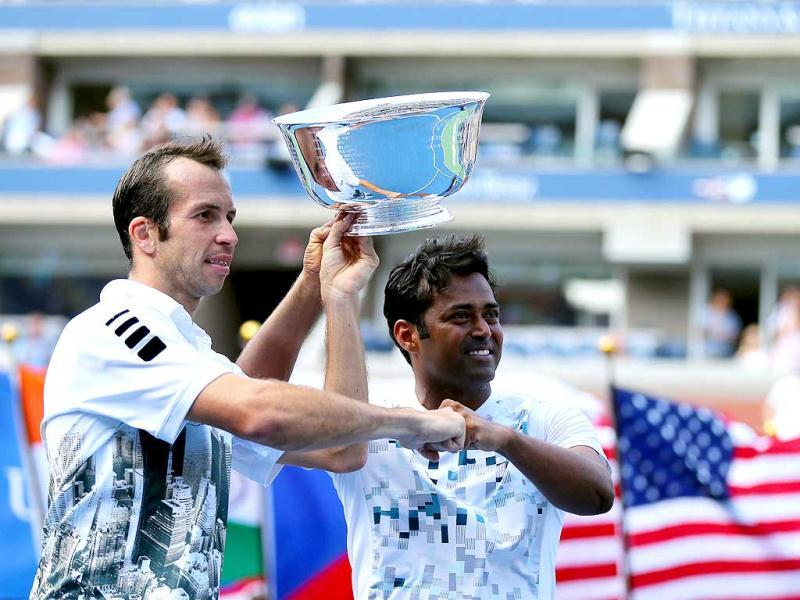 Leander Paes (R) and Radek Stepanek pose with their trophy after winning their US Open men's doubles final against Alexander Peya and Bruno Soares. (AFP Photo)