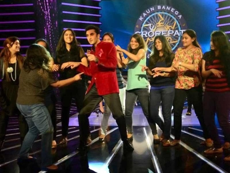 Ranbir Kapoor charms his fans on the sets of KBC 7. The actor had fun with show host Amitabh Bachchan and his mom Neetu Singh who also came with him to promote their film Besharam. Take a look.
