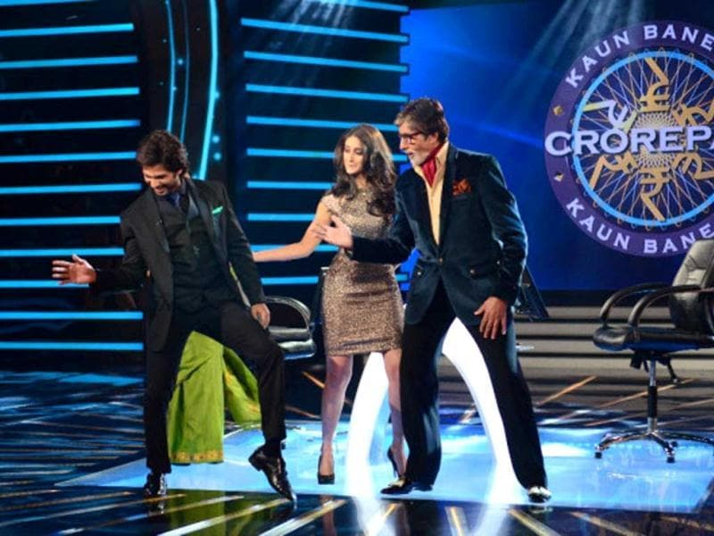Amitabh Bachchan shakes a leg with actors Shahid Kapoor and Ileana D'Cruz when the couple visited the sets of KBC 7 to promote their film Phata Poster Nikla Hero.