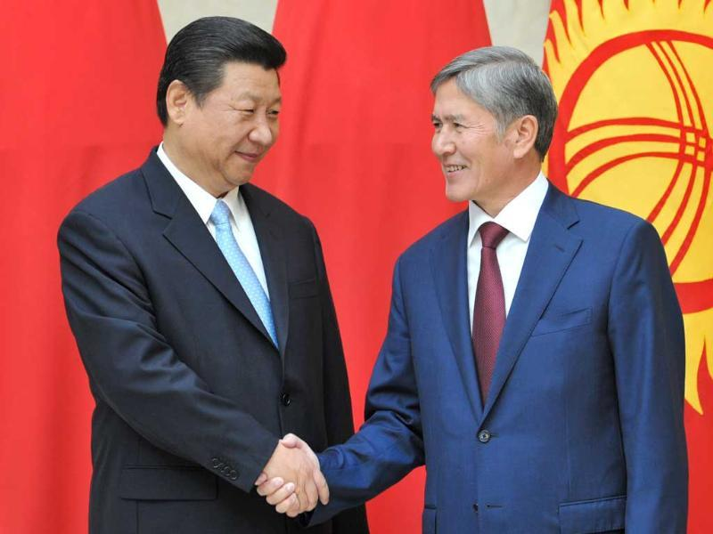 Chinese President Xi Jinping (L) and his Kyrgyz counterpart Almazbek Atambayev (R) shake hands during their meeting in the Kyrgyzstan's capital Bishkek. (AFP Photo)