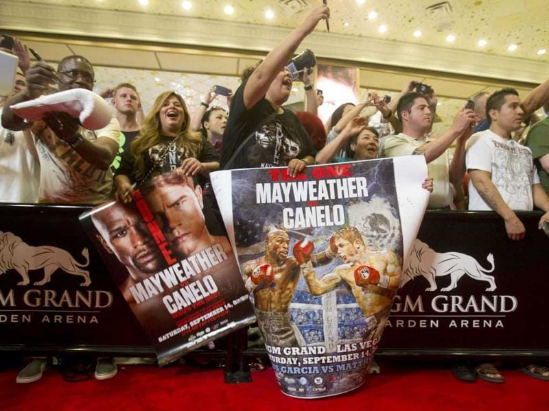 Fans try to get the attention of boxers during grand arrivals at the MGM Grand Hotel and Casino in Las Vegas, Nevada. (Reuters Photo)