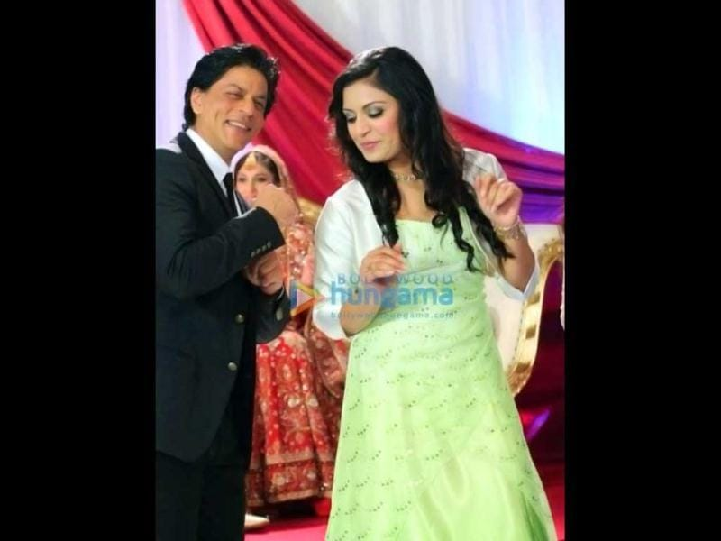 Shah Rukh also danced with the guests at the wedding. (Photo: Bollywood Hungama)