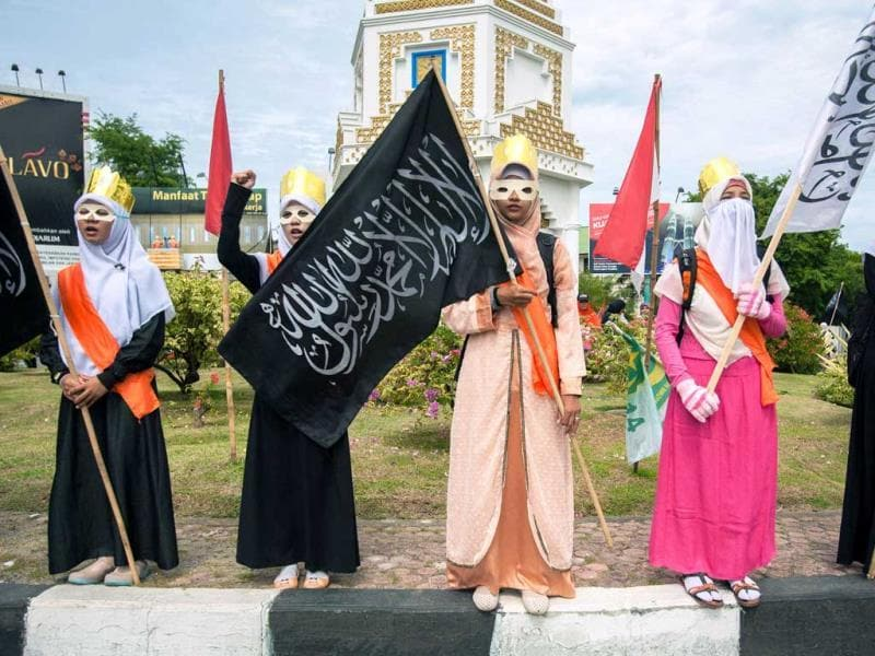 Muslim women stage a protest against the Miss World beauty pageant contest in Banda Aceh. (AFP Photo)