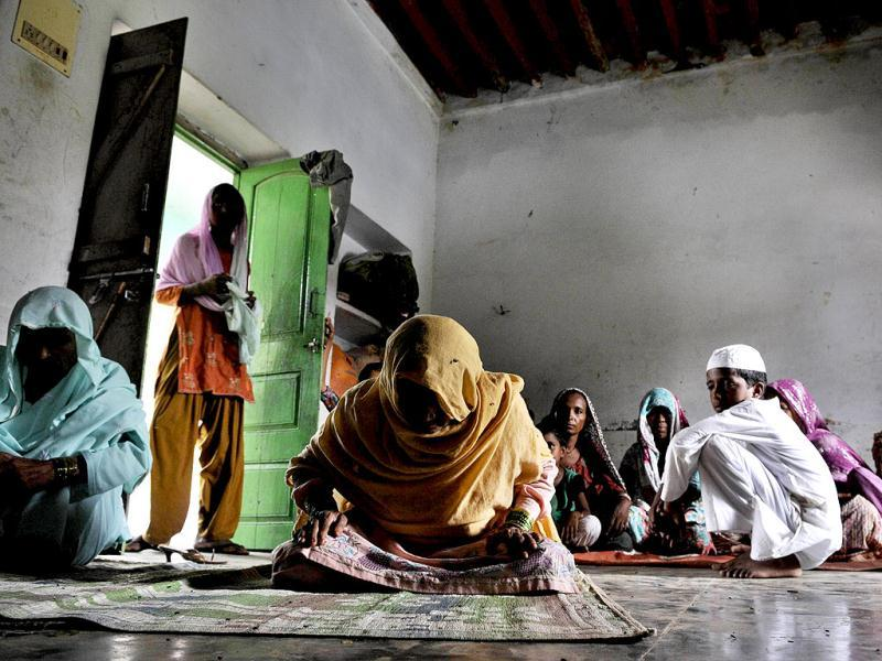 Sadikan, an elderly woman, offering Namaz during her stay along with others in the Madarsa in Bassi Village in District Muzaffarnagar Uttar Pradesh.  (Sushil Kumar/HT)