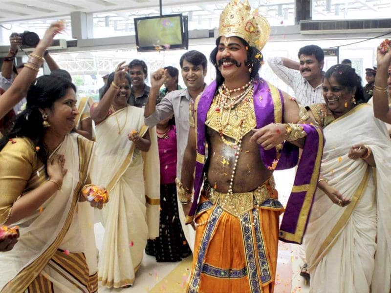 A man dressed as Mahabali Raja being greeted on the occassion of Onam at Raghuleela Mall in Navi Mumbai. (PTI photo)