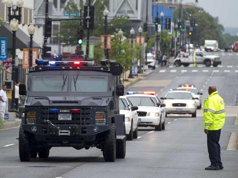 Police respond to the report of a shooting at the Navy Yard in Washington, DC. A gunman shot and wounded at least one person on Monday in a headquarters building at the US Navy Yard in Washington. (AFP Photo)