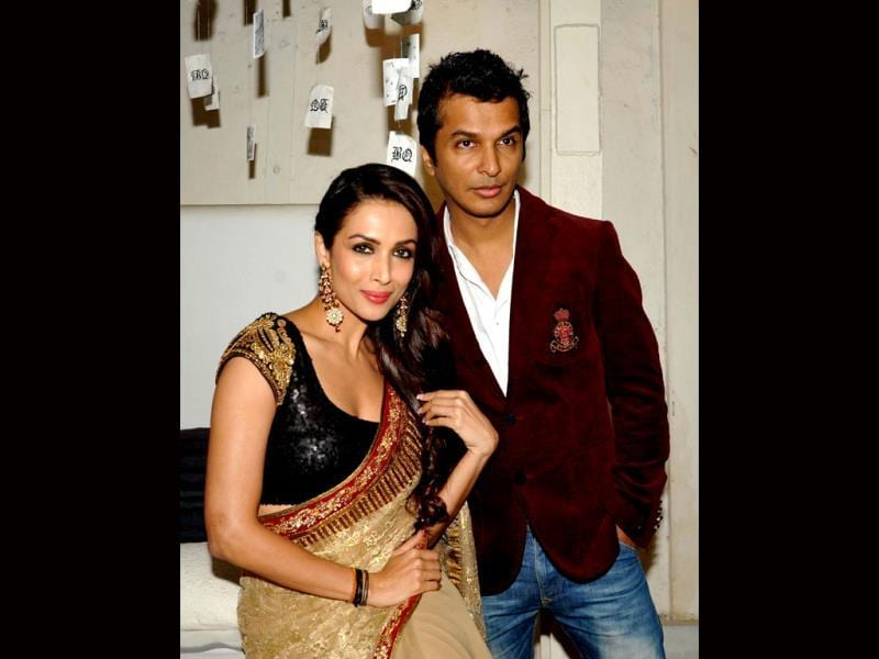 Indian Bollywood actress Malaika Arora Khan (L) and designer Vikram Phadnis pose for a photo during the announcement of The House of Style Preview to the Blenders Pride Fashion Tour 2013 in Mumbai on September 17, 2013. AFP PHOTO/ STR