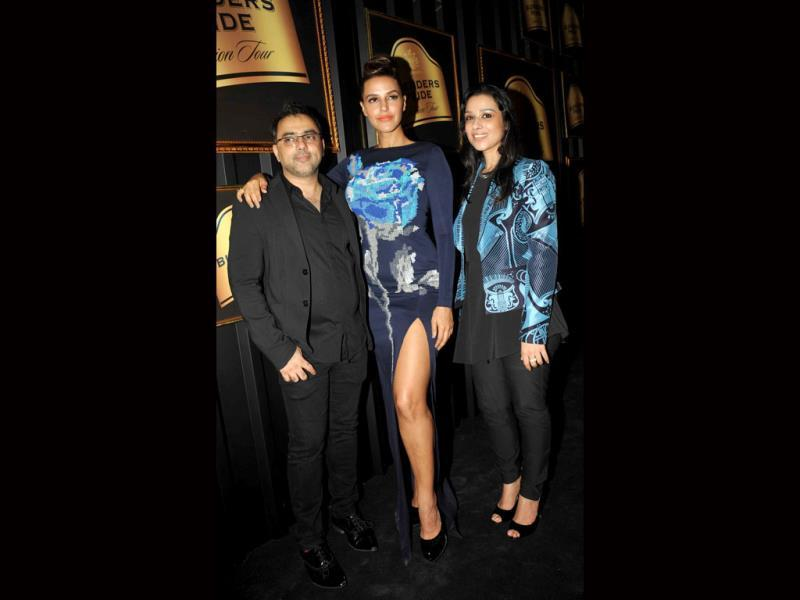 Indian Bollywood actress Neha Dhupia and designers Pankaj (L) and Nidhi pose for a photo during the announcement of The House of Style Preview to the Blenders Pride Fashion Tour 2013 in Mumbai on September 17, 2013. (AFP Photo)