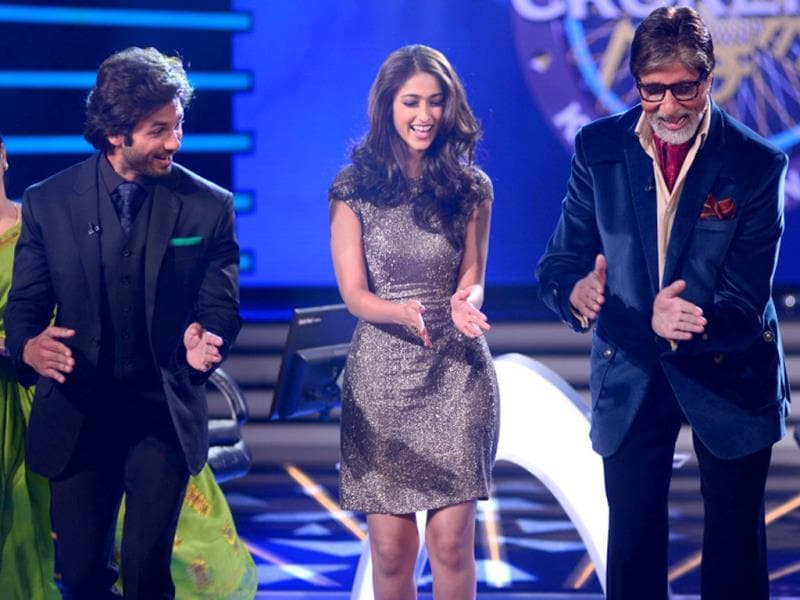 Shahid Kapoor also showed off his dance moves on Agal bagal and asked Big B to join him.