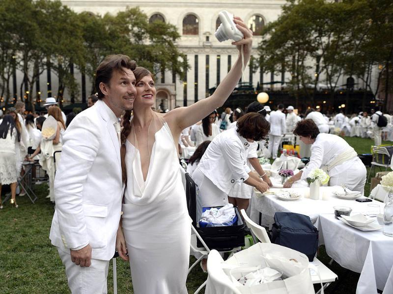 Guests arrive at Bryant Park, New York for the annual Diner en Blanc, the world's only viral culinary event imported from France. (AFP Photo)
