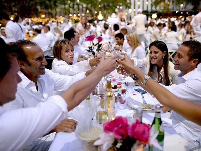 Guests toast at Bryant Park, where they brought their own picnic basket, fine china and silverware, white tablecloths, table and chairs. (AFP Photo)