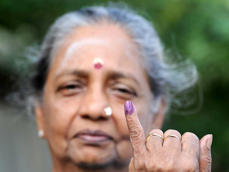 A Sri Lankan woman holds up her inked finger after voting at a polling station in Jaffna, 400 kilometres (250 miles) north of the capital Colombo. (AFP PHOTO)