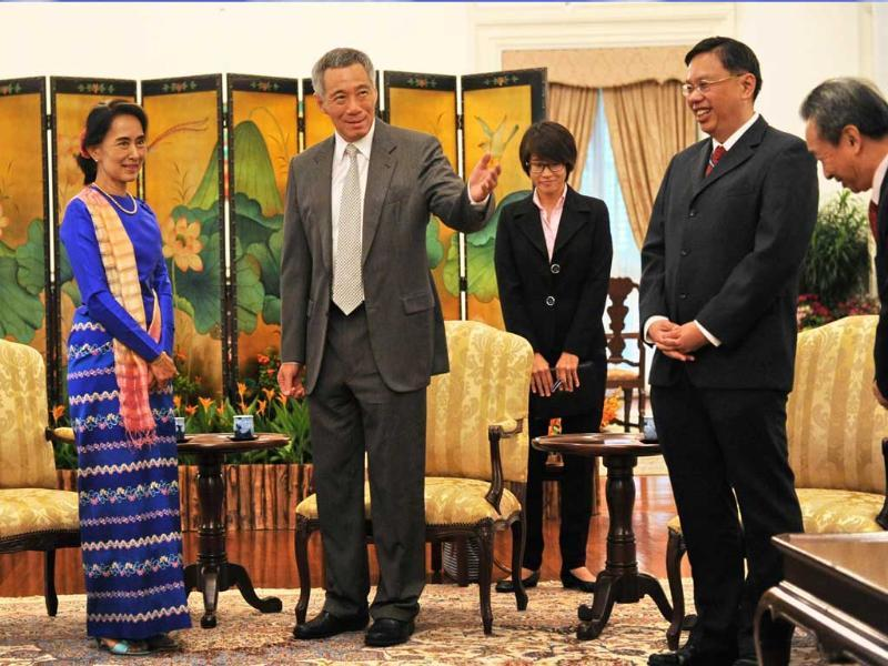 Singapore PM Lee Hsien Loong introduces his officials to Myanmar opposition leader Aung San Suu Kyi during a call at the Istana presidential palace in Singapore. (AFP Photo)