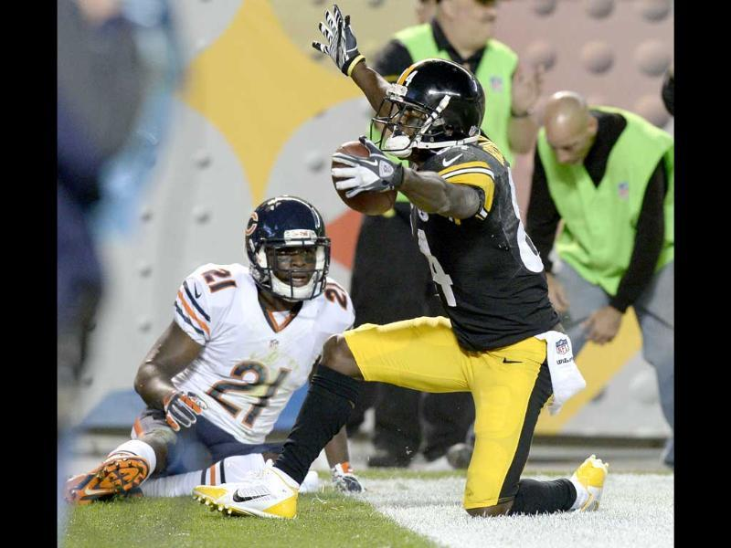 Pittsburgh Steelers wide receiver Antonio Brown celebrates after making a touchdown catch in front of Chicago Bears strong safety Major Wright in the second quarter of an NFL football game in Pittsburgh. (AP Photo)