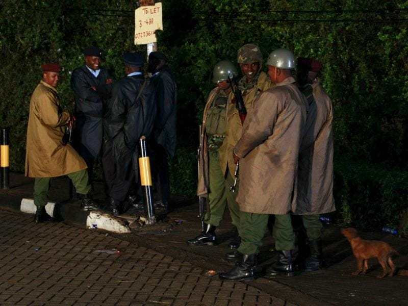 Kenyan policemen keep vigil near the Westgate Shopping Centre in Nairobi. (Reuters photo)