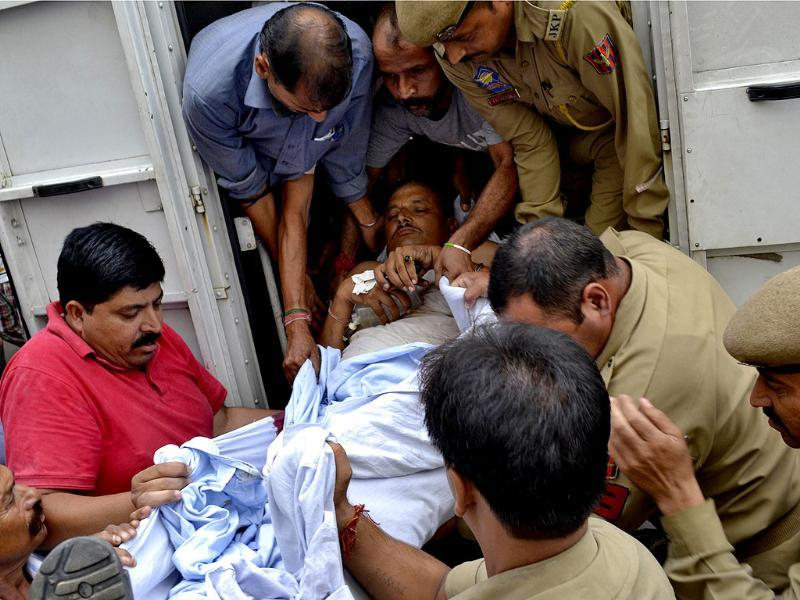 An injured policeman is rushed to a hospital for treatment, in Jammu after militants attacked a nearby army camp in Samba. (Reuters Photo)