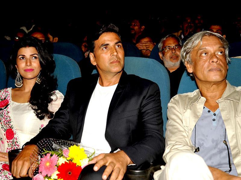 Bollywood actors Nimrat Kaur (L), Akshay Kumar (C) and director Sudhir Mishra attend the screening of the movie Water. (AFP)