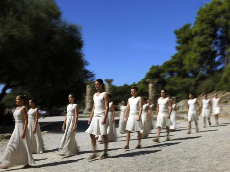 Greek actors walk through the Hera Temple after the Olympic Flame was lit by an actress playing the role of a high-priestess during a dress rehearsal for the torch lighting ceremony of the Sochi 2014 Winter Olympic Games. (Reuters Photo)