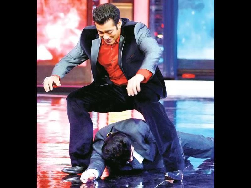 Anil Kapoor gives in to Salman Khan? The duo have fun on sets of Bigg Boss 7. (Photos: Yogen Shah)