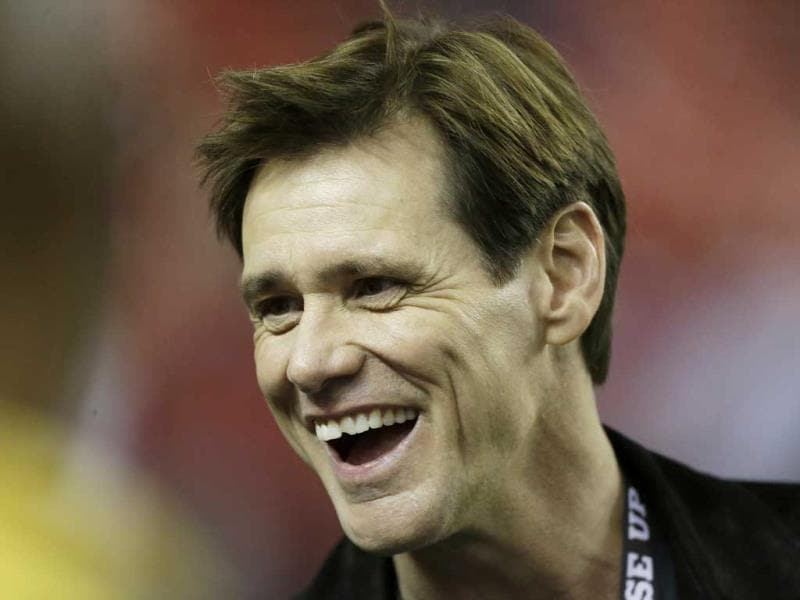 Actor Jim Carrey watches pre-game warm ups before the NFL football game between Atlanta Falcons and the New England Patriots in Atlanta, Georgia. (Reuters Photo)