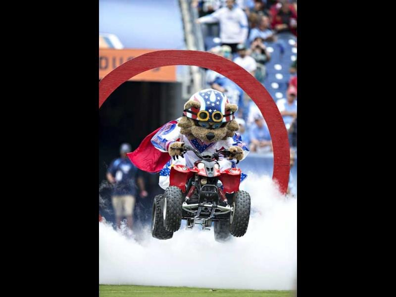 Mascot T-RAC of the Tennessee Titans jumps through a ring onto the field before a game against the New York Jets at LP Field in Nashville, Tennessee. (AFP Photo)