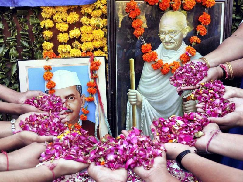 People pay tribute to Lal Bahadur Shastri and Mahatma Gandhi on their birth anniversary in Bikaner. (PTI Photo)