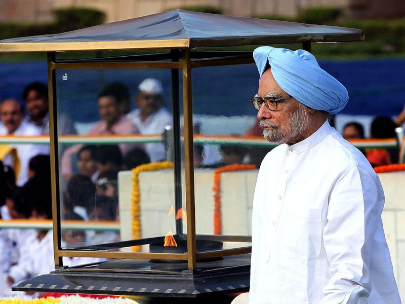 Prime Minister Manmohan Singh paying homage to Mahatma Gandhi in New Delhi. (Ajay Aggarwal/HT)