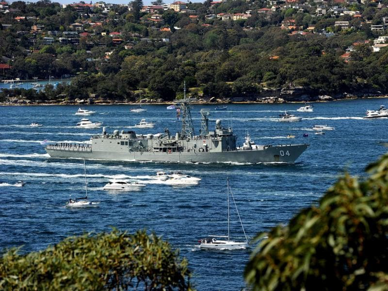 Australian long-range escort frigate HMAS Darwin (C) enters Sydney Harbour at the start of the International Fleet Review. (AFP photo)