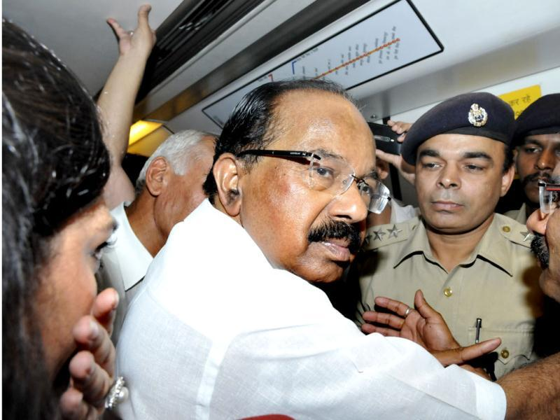 Union petroleum and natural gas minister M Veerappa Moily travels in a Delhi Metro train from Tughlak Road to work in New Delhi. He took the metro to office as part of his drive to promote fuel conservation and help cut India's massive oil import bill. (Mohd Zakir/HT)