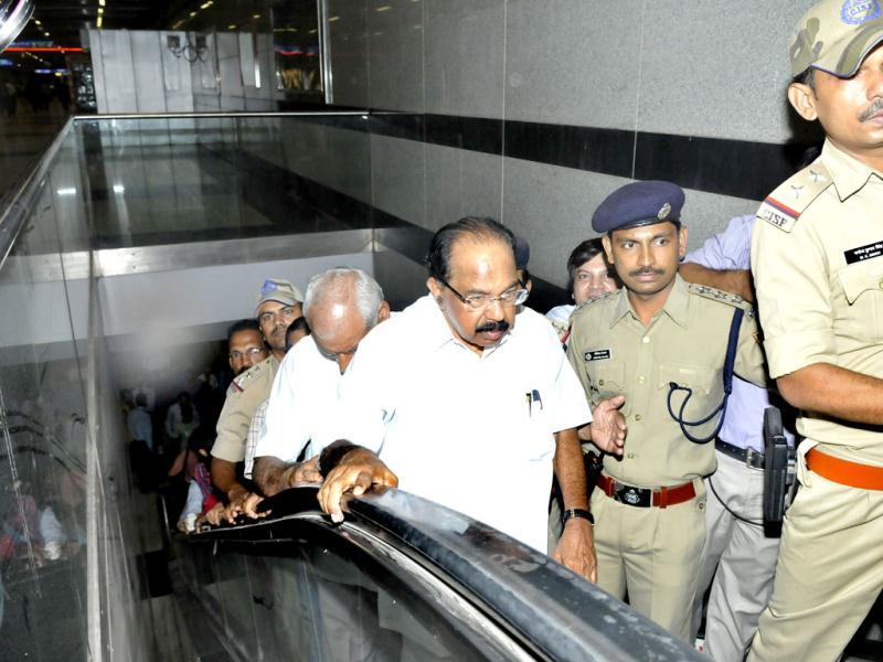 Moily takes an escalator at the Central Secretariat Metro station in New Delhi. (Mohd Zakir/HT)