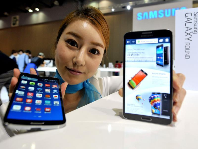 A model holds Samsung's first 'curved' smartphone Galaxy Round, a 5.7-inch handset with a display that is slightly rounded on both sides, at the Electronics and IT Industry Fair in Goyang, north of Seoul. Photo: AFP / Jung Yeon-Je