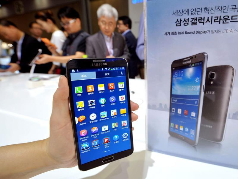 Samsung's first 'curved' smartphone Galaxy Round, a 5.7-inch handset with a display that is slightly rounded on both sides, is seen at the Electronics and IT Industry Fair in Goyang, north of Seoul. Photo: AFP / Jung Yeon-Je