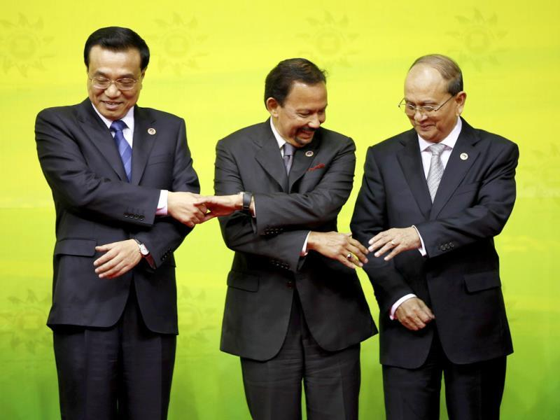 From left, Chinese Premier Li Keqiang, Brunei Sultan Hassanal Bolkiah and Myanmar President Thein Sein pose for a group photo at the East Asia Summit in Bandar Seri Begawan, Brunei. (AP Photo)