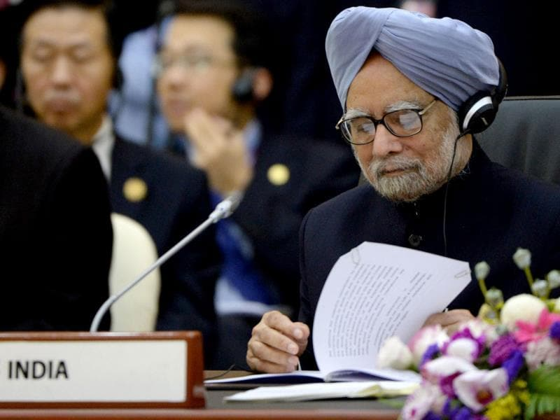 Prime Minister Manmohan Singh (R) attends the 8th East Asia Summit, at the 23rd Summit of the Association of Southeast Asian Nations (ASEAN) in Bandar Seri Begawan. (AFP Photo)