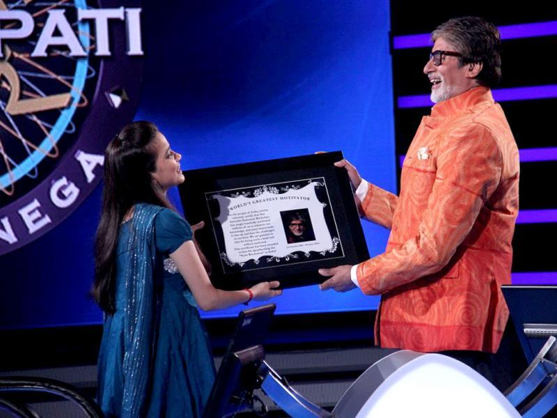 Neha Dubey from Kolkata gifts Amitabh Bachchan a certificate titled 'World's Best Motivator'. The certificate had a picture of AB and read 'We the people of India, solemnly, certify that Sri Amitabh Bachchan is World's Best Motivator.