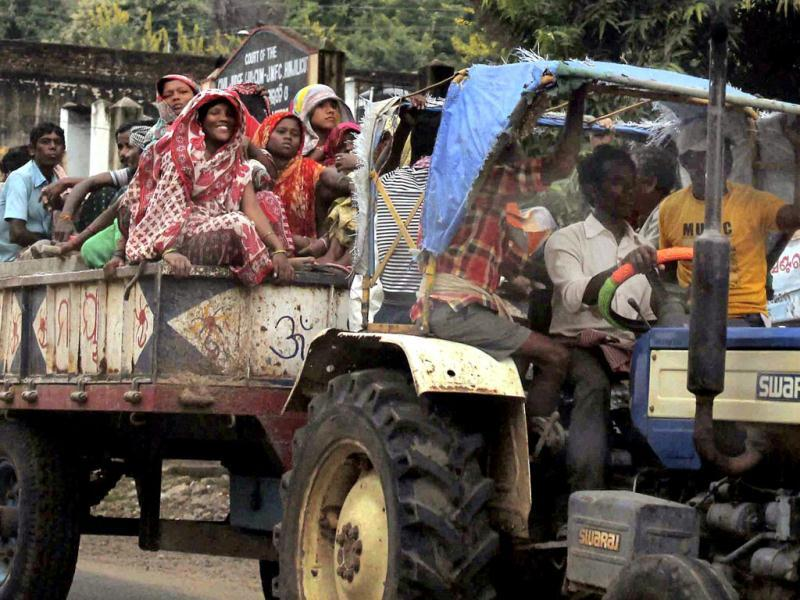 People evacuate the villaged in Berhampur following a cyclone alert.(PTI photo)