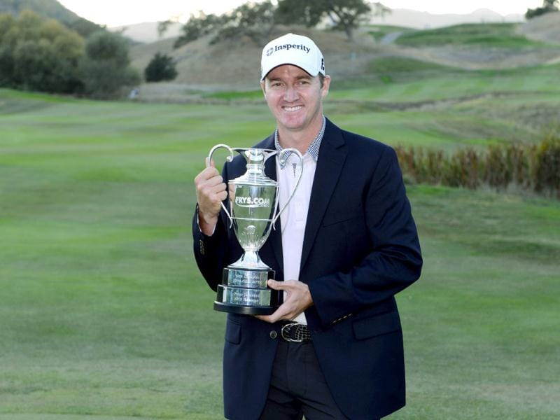 Jimmy Walker poses with the winner's trophy after winning the Frys.com Open at the CordeValle Golf Club in San Martin, California.(AFP photo)