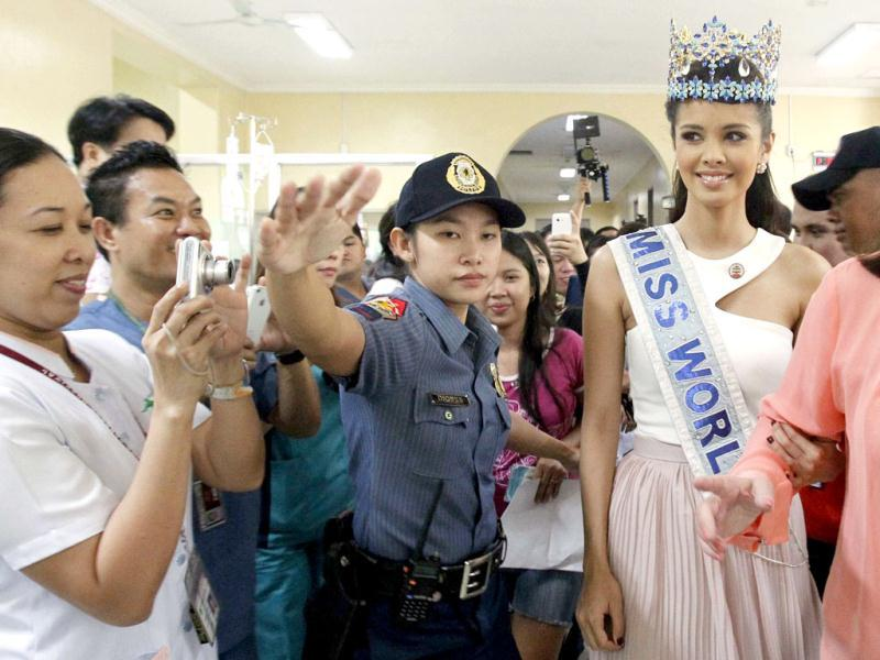 Hospital staff take pictures of Miss World 2013 Megan Young during her visit at the pediatric ward of the Philippine General Hospital (PGH) in Manila.(Reuters photo)