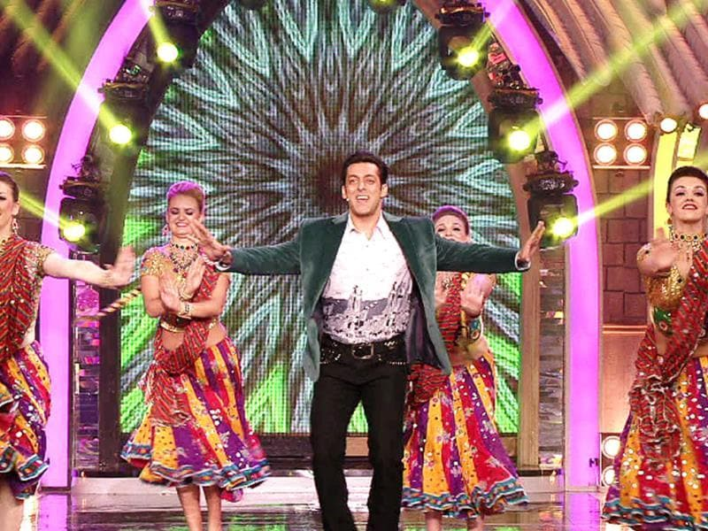 Salman Khan was seen having fun with the house inmates on Dussehra night on Bigg Boss 7 sets. The actor also presented a colourful delight in a special festive performance for the occassion.