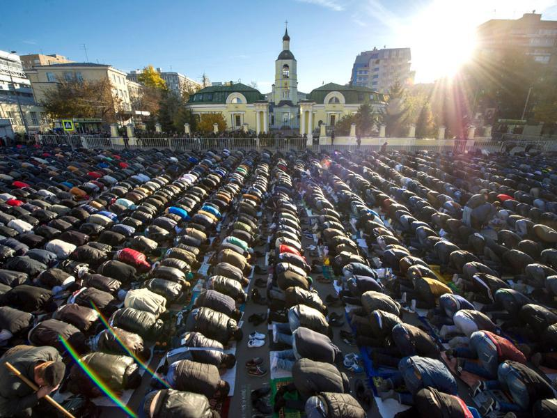 Kyrgyz worshippers pray on the first day of the Eid al-Adha celebrations in Moscow. (AFP photo)