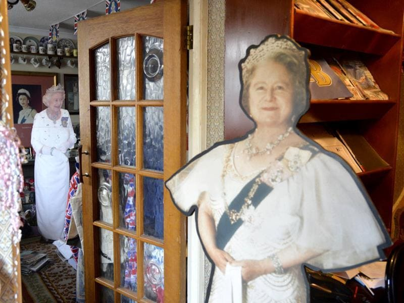 Life-size figures of Britain's Queen Elizabeth and The Queen Mother seen at the house of Margaret Tyler who has dedicated her house as a shrine to the family. (Reuters Photo)