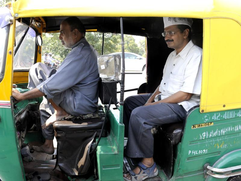 AAP leader Arvind Kejriwal in an autorickshaw during a visit to Tughlaq lane slums in Delhi. (HT Photo/ Sunil Saxena)