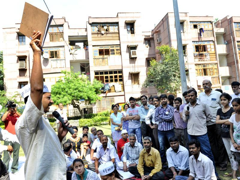 Arvind Kejriwal interacting with people while campaigning for the upcoming Assembly elections. (HT Photo/ Sunil Saxena)