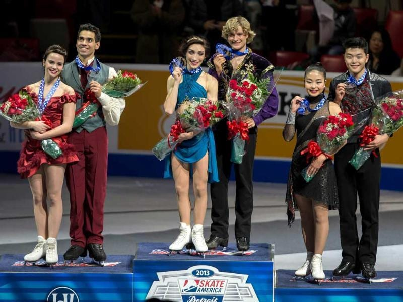 Gold medalists Meryl Davis and Charlie White pose with the runners-up at the Skate America 2013 event in Detroit. (AFP Photo)